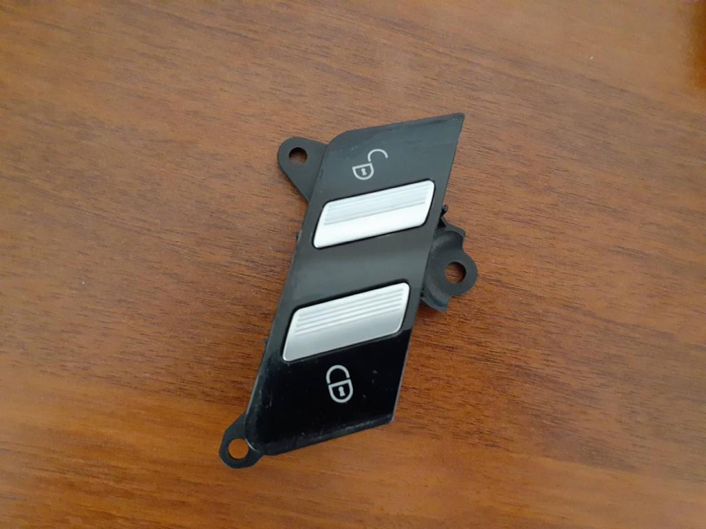 Кнопка центрального замка правая Mercedes W221 S500 M273